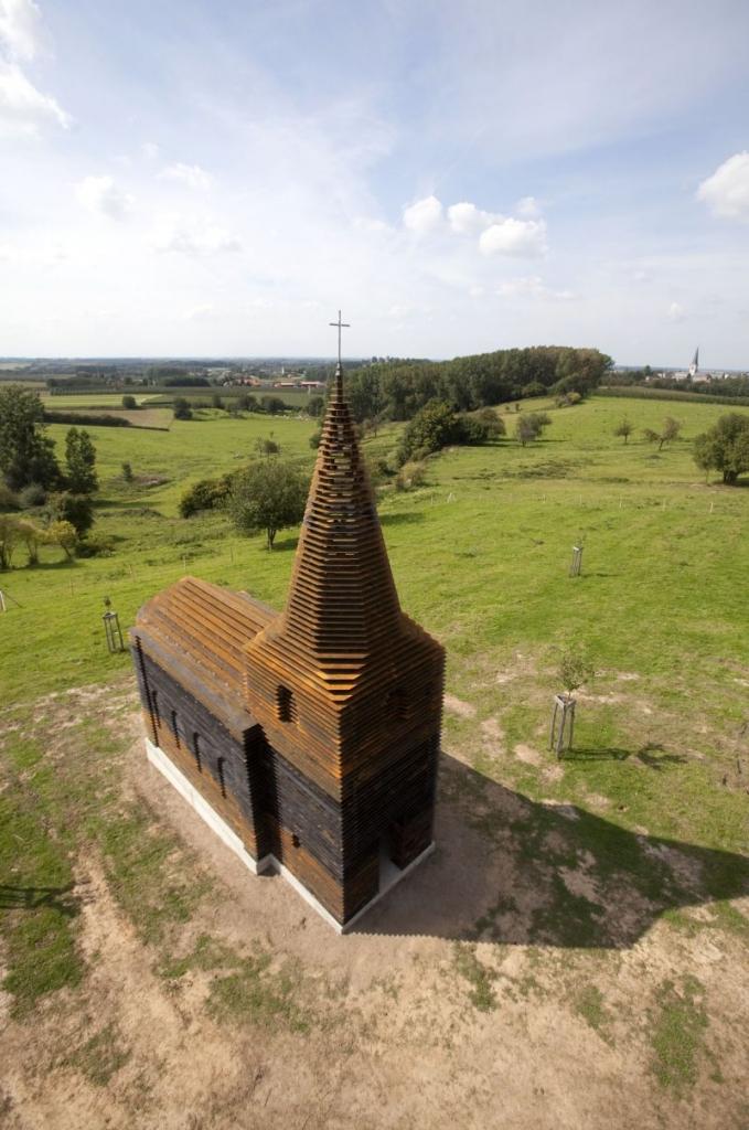 Het architectenduo Gijs Van Vaerenbergh maakt een doorkijkkerk voor het Borgloonse landschap. Ze doen dit in het kader van pit, het project waarmee Z33 sinds het begin van de zomer kunst in de open ruimte van Borgloon brengt.